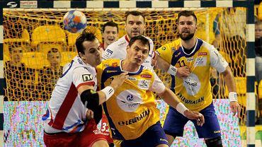 Krzysztof Łyżwa i Krzysztof Lijewski walczą o piłkę w meczu Vive Tauron Kielce - Azoty Puławy. Przyglądają się Mateusz Kus i  Bartosz Jurecki