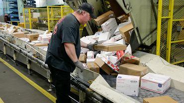 Administracja Donalda Trumpa uważa, że obecne stawki za międzynarodowe paczki i listy pozwalają Chińczykom podbijać rynek sprzedaży wysyłkowej w USA. Na zdjęciu: sortownia przesyłek w głównym urzędzie pocztowym w Omaha (stan Nebraska)