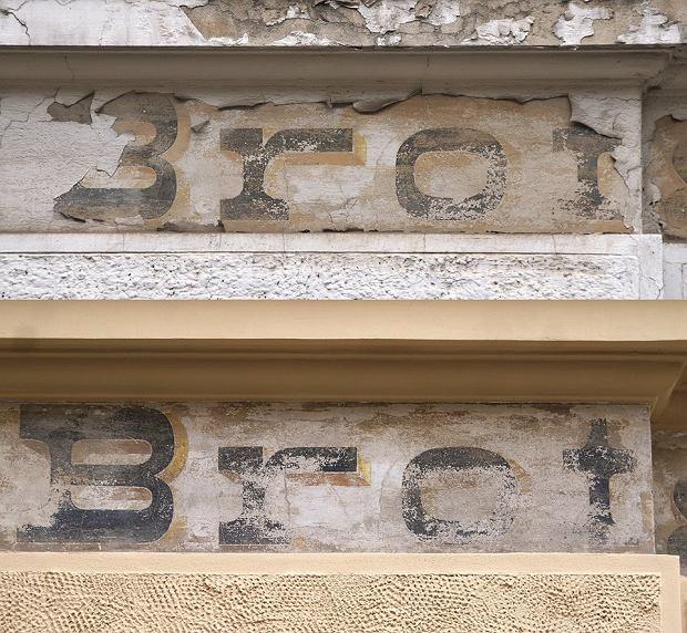 Niemiecki napis w Toruniu zachowany podczas remontu kamienicy. Na górze - przed remontem, na dole - po