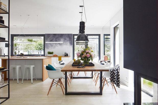 Piękny dom z minimalistycznym wystrojem otoczony zielenią