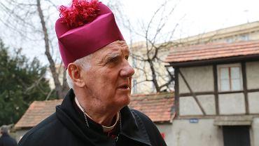 Biskup Ignacy Dec został pozwany przez księdza
