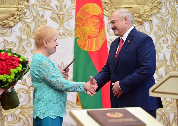 23.09.2020, Mińsk, ceremonia inauguracji Aleksandra Łukaszenki. Gratulacje składa szefowa Centralnej Komisji Wyborczej Lidia Jermoszyna.
