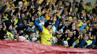 Ponad sześć tysięcy osób oglądało w sobotę towarzyski mecz Motoru Lublin z ekstraklasowym Śląskiem Wrocław. Na trybunach Areny Lublin panowała świetna atmosfera. Nic dziwnego, wszak kibice obu klubów od lat się przyjaźnią. Na boisku piłkarsko lepi byli zawodnicy z Wrocławia, którzy pokonali Motorowców 2:0. Pierwszą bramkę zdobył Portugalczyk Falvio Paixao w 34. minucie. Na 2:0 podwyższył pod koniec meczu Michał Bartkowiak. Warto też dodać, że Śląsk przyjechał do Lublina w bardzo mocnym zestawieniu. Kibice na murawie mogli oglądać m.in. byłego zawodnika Górnika Łęczna Mariusza Pawelca. Przed tym meczem odbył się też sparing oldbojów obu drużyn. Tym razem lepsi okazali się byli zawodnicy Motoru, którzy wygrali 3:2 z reprezentującymi niegdyś Śląsk Wrocław piłkarzami.
