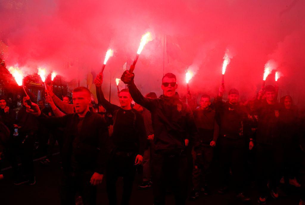'Chwała Ukrainie!' - skandowali działacze i zwolennicy prawicowych ugrupowań podczas protestu na Majdanie. Prezydent Zełenski zaapelował do uczestników marszu, aby powstrzymali się od aktów agresji. Fot. Efrem Lukatsky / AP Photo