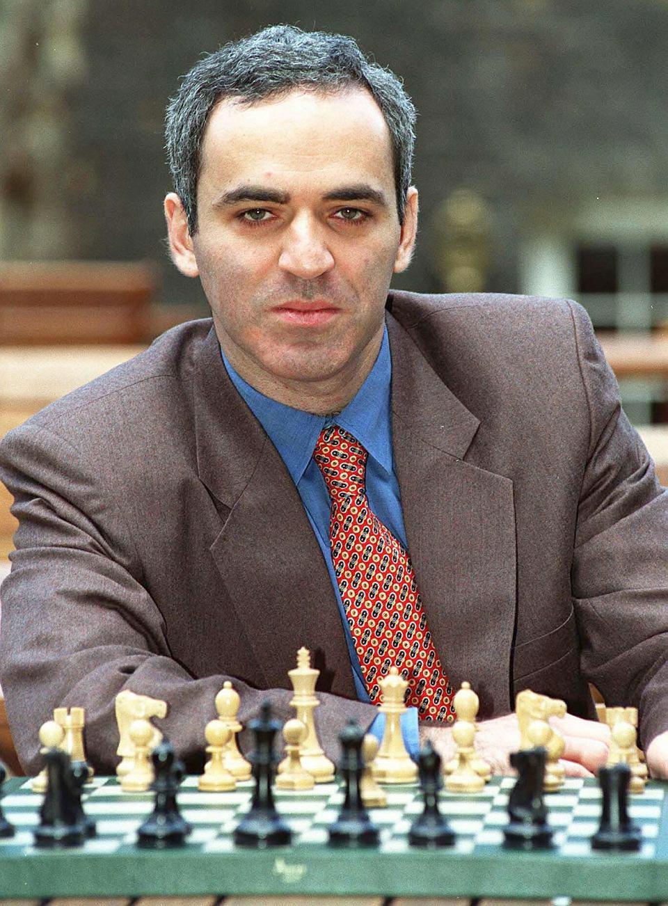 MASZYNA GÓRĄ. Deep Blue (na kolejnym zdjęciu), komputer, który po raz pierwszy wygrał w szachy z człowiekiem, Garijem Kasparowem (na zdjęciu), miał wielkość szafy. Był rok 1997.