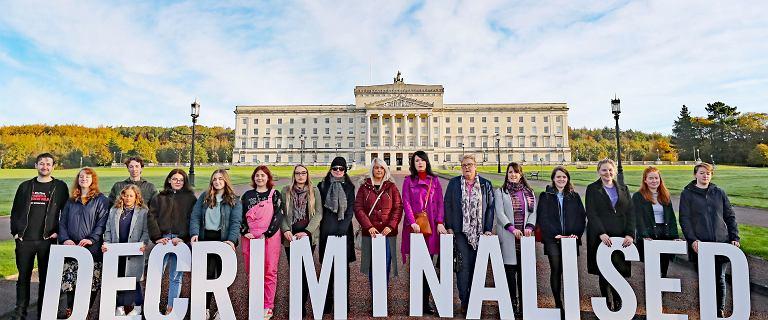 Irlandia Płn. liberalizuje przepisy aborcyjne, legalizuje małżeństwa jednopłciowe