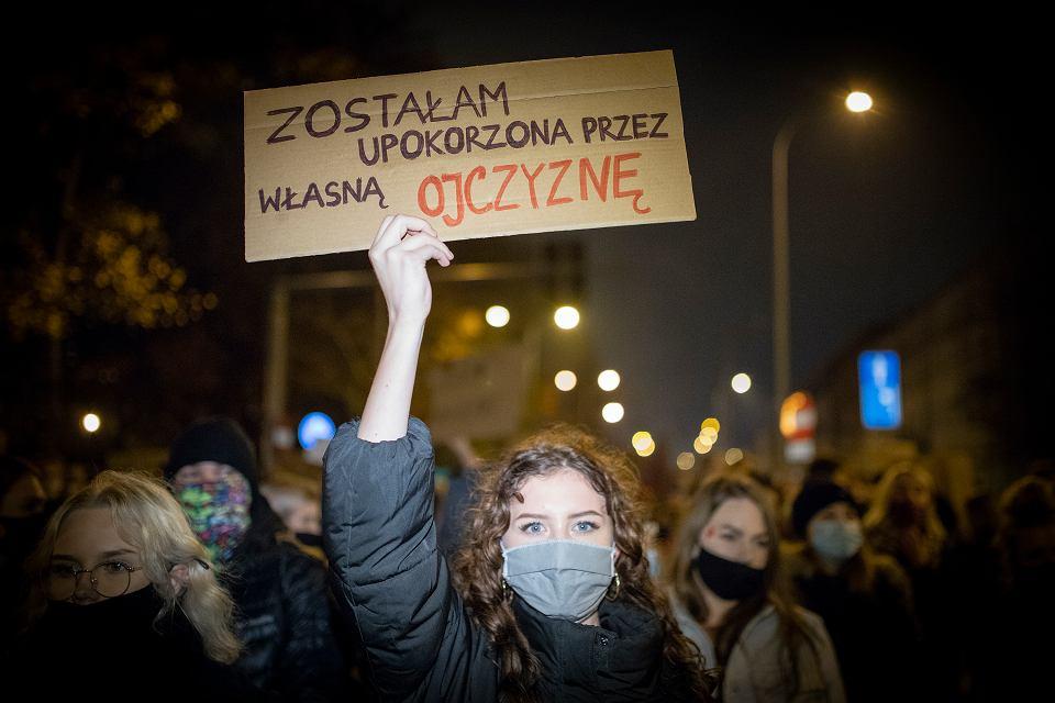 Białystok. Strajk kobiet. W środę (28 października) ponownie na ulice miasta wszyły tysiące protestujących w związku z orzeczeniem Trybunału Konstytucyjnego, który uznał aborcję z powodu ciężkich wad płodu za niezgodną z konstytucją