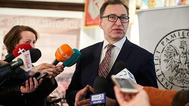 Konferencja prasowa prezesa IPN Jarosława Szarka w Sali BHP Stoczni Gdańskiej