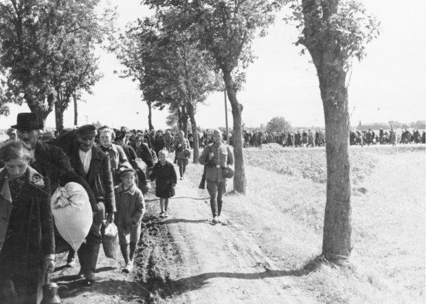 Polacy wypędzeni przez Niemców z Czerniejewa pod Gnieznem, zdjęcie zrobione przez niemieckiego fotografa Wilhelma Holtfretera