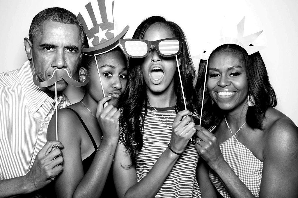 Rodzinne zdjęcie w foto budce z okazji obchodów 4 lipca.