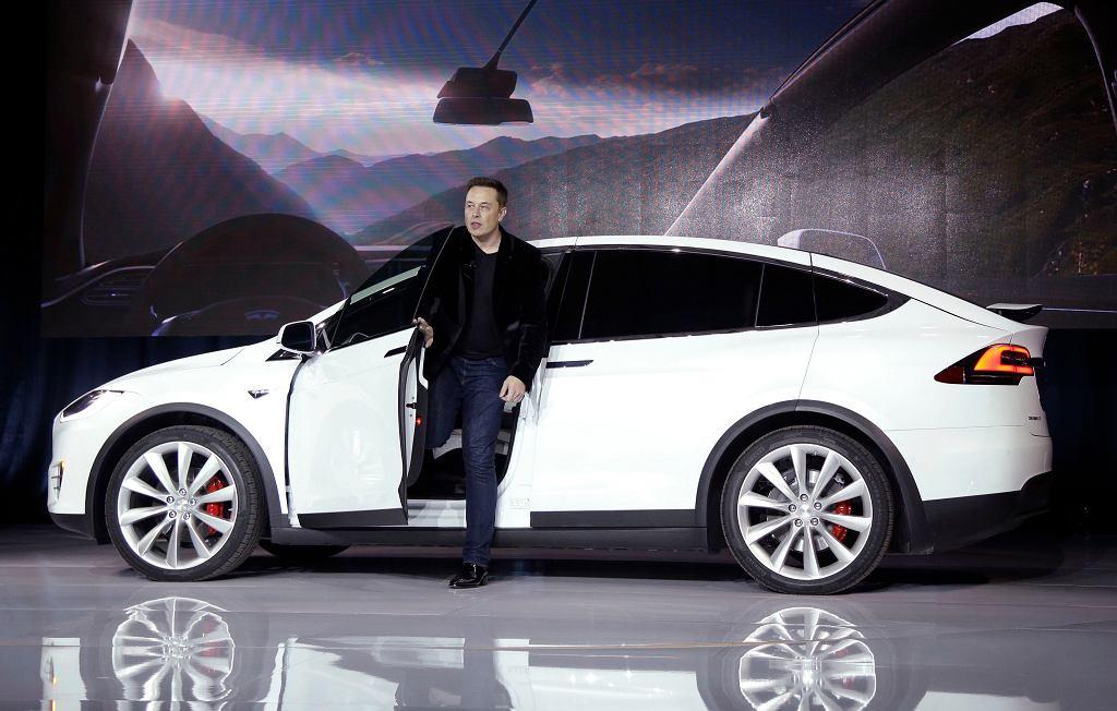 Prezes Tesli, Elon Musk wysiada z Tesli X