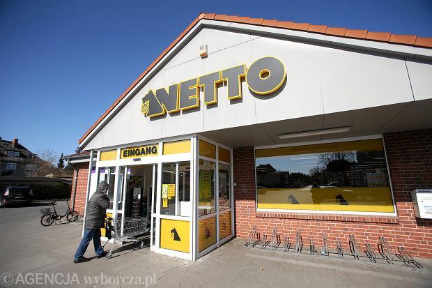 Niemcy, Locknitz. Otwarty w niedzielę sklep Netto. W Niemczech obowiązuje zakaz handlu w niedziele, lecz wybrane sklepy mogą być czynne.
