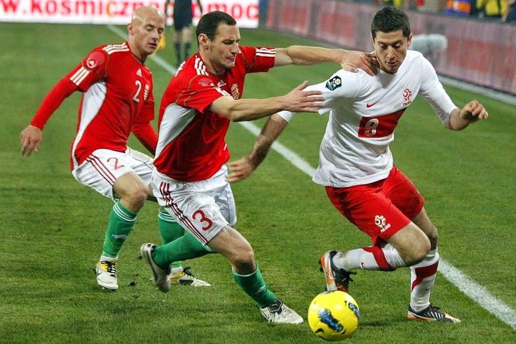 Mecz Polska - Węgry (2:1) w Poznaniu. Z piłką Robert Lewandowski, pierwszy z lewej Jozsef Varga