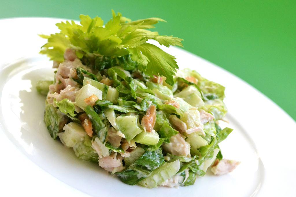 Surówka z selera naciowego lub pyszna sałatka z tego warzywa to najlepszy sposób na jego oswojenie.