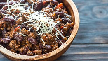 Chili con carne, czyli potrawka z mięsem, pomidorami, papryką i fasolą, to jedno z najpopularniejszych dań kuchni meksykańskiej