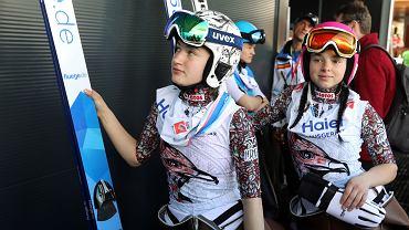 Austria, Seefeld . Mistrzostwach Świata w narciarstwie klasycznym. Od lewej: Kinga Rajda, Kamila Karpiel podczas konkursu indywidualnego skoków kobiet na skoczni HS 110  (fot. Kuba Atys / Agencja Gazeta)