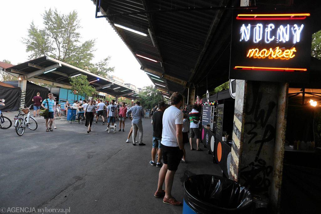 Nocny Market zaczął działalność w pierwszy weekend czerwca na nieczynnym terenie dworca Warszawa Główna. / SŁAWOMIR KAMIŃSKI