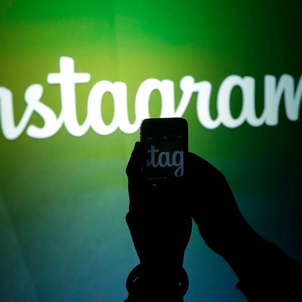 Dziennikarz nagrywa filmik z logo Instagrama