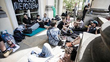 Protest studentów UW na balkonie Pałacu Kazimierzowskiego