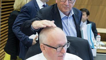 Frans Timmermans, za jego plecami Jean-Claude Juncker, w głębi Martin Selmayr. Bruksela, 19 lipca 2017 r.