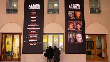 """Mieszkańcy Paryża składają kwiaty pod siedzibą redakcji """"Charlie Hebdo"""""""