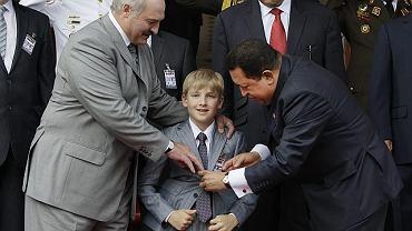 Aleksandr Łukaszenko ze swoim synem Nikołajem i Hugo Chavezem