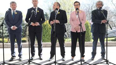 Liderzy Koalicji Europejskiej (od lewej): Jerzy Wenderlich, Władysław Kosiniak - Kamysz, Grzegorz Schetyna, Katarzyna Lubnauer i Marek Kossakowski podczas konferencji prasowej dot. strajku nauczycieli. Warszawa, 19 kwietnia 2019