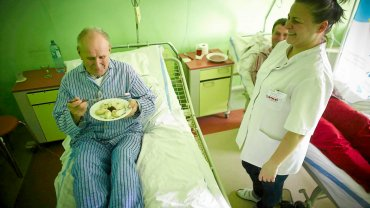 Wczoraj pacjenci szpitala w Brzezinach dostali na obiad pieczone filety z kurczaka w sosie koperkowym