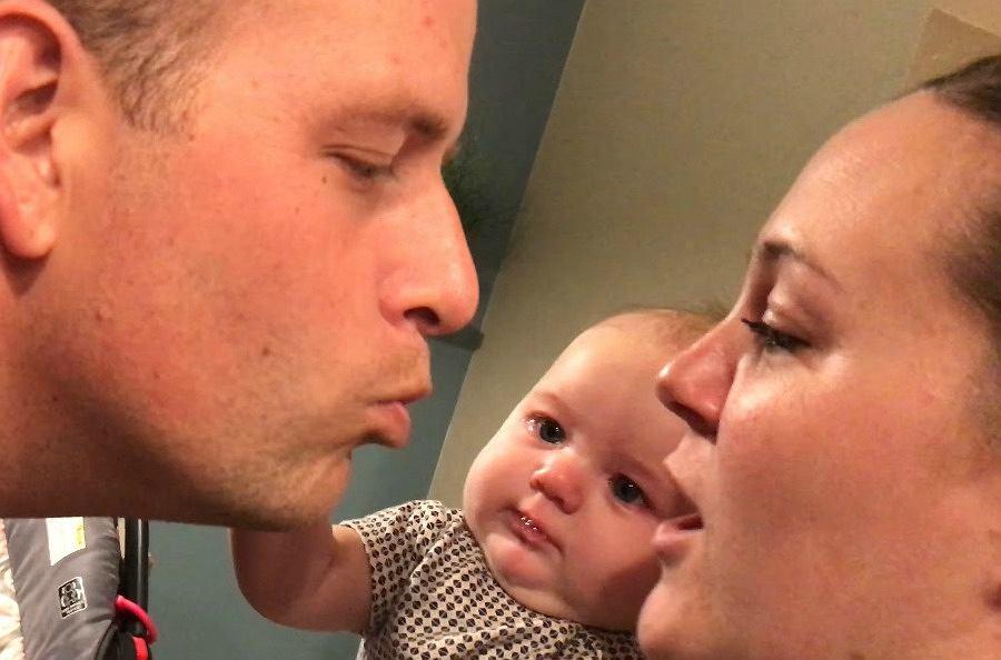 Dziecko widzi, jak rodzice się całują. Jego reakcja rozśmieszyła do łez już 3 miliony ludzi
