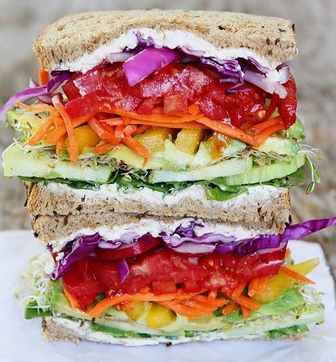 Kanapka rainbow jest bardzo efektowna, znajdują się w niej warzywa we wszystkich kolorach