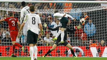 Wayne Rooney strzela gola w meczu z Polską
