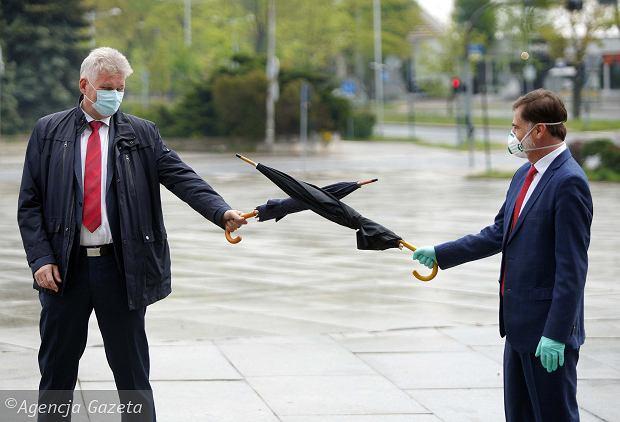 Wojciech Konieczny (z lewej) - dyr. Miejskiego Szpitala zespolonego, podczas 'pandemicznego' powitania z przewodniczacym Rady Miasta Zbigniewem Niesmacznym
