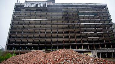 Przy dawnym szpitalu Stalownik zaczyna się jeden ze szlaków biegnących w kierunku Magurki. Niestety, turyści, którzy nim wędrują, muszą patrzeć na zalegający gruz i dzikie wysypisko śmieci. </p> Budynek po szpitalu Stalownik u stóp Magurki na peryferiach Bielska-Białej stoi pusty od czerwca 2001 roku, gdy wybudowano Szpital Wojewódzki pod Szyndzielnią. W ostatnich latach wygląda już jak wielki szkielet, który szpeci malowniczą okolicę. Wciąż nie wiadomo, kiedy gmach zostanie ostatecznie rozebrany. </p> Jakby tego było mało, wokół dawnego Stalownika powstało dzikie wysypisko. Zalegające odpady odstraszają turystów, którzy czarnym szlakiem wędrują w kierunku Magurki. W weekendy bywa tu naprawdę sporo osób, które wywożą z tego miejsca niemiłe wspomnienia.