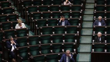 8.04.2020, posłowie w czasie wieczornego posiedzenia Sejmu