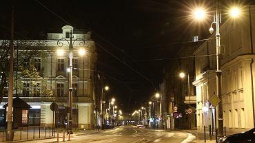 W nocy z wtorku na środę Kraków zatonął w ciemnościach. Zarząd Dróg zdecydował, że codziennie od północy do 4 rano będzie wyłączał wszystkie światła uliczne. Powód? Oszczędność 20 tys. zł każdej nocy, gdy nie świecą latarnie, i - jak przekonuje Michał Pyclik z ZDMK - racjonalność: - W nocy nie jeździ komunikacja zbiorowa, ludzie nie chodzą na przystanki, nie idą do pracy. Nie można wychodzić z domu, miasto śpi. Knajpy i restauracje są zamknięte, nie ma żadnego życia nocnego - wyliczał Pyclik w rozmowie z 'Wyborczą'. Pomysł nie był konsultowany z policją, a ta spodziewa się wzrostu włamań i kolizji. Na zdjęciu: Rynek Podgórski przed wyłączeniem oświetlenia.