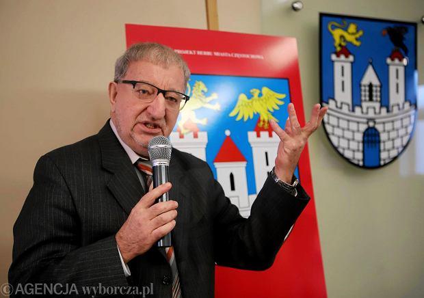 Częstochowa, ratusz, 14 grudnia 2017 r. Prezentacja projektu nowego herbu miasta. Na zdjęciu prof. Marceli Antoniewicz