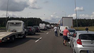Zakorkowana z powodu wypadku droga S3 w kierunku Szczecina. Kierowcy zatrzymali auta przy krawędziach jezdni tworząc tzw. korytarz życia