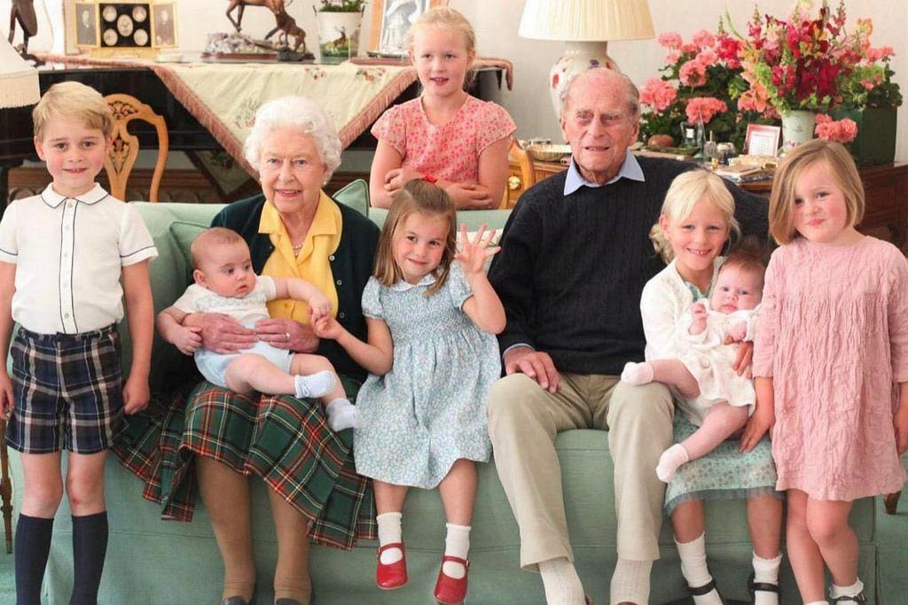 Książę Filip i królowa Elżbieta II z wnukami