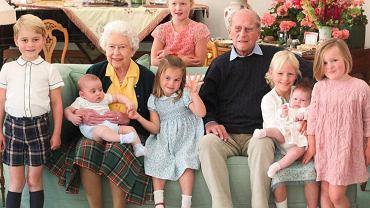"""Pałac opublikował prywatne zdjęcia rodziny królewskiej. """"Królowa i książę Edynburga otoczeni siedmioma prawnukami"""""""