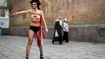 Działaczka Femenu, tu na Ukrainie w proteście przeciw polityce prezydenta Wiktora Janukowycza. Protest jej koleżanki z Niemiec był bardziej kontrowersyjny