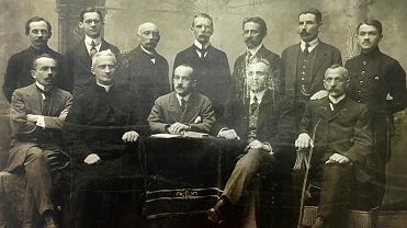 Wydział powiatowy pierwszego sejmiku powiatu częstochowskiego, rok 1919. Pierwszy z lewej siedzi Józef Rutkowski