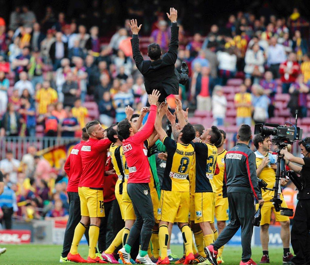 Gracze Atletico cieszą się ze zdobytego mistrzostwa. W górze twórca tego zespołu - trener Simeone.
