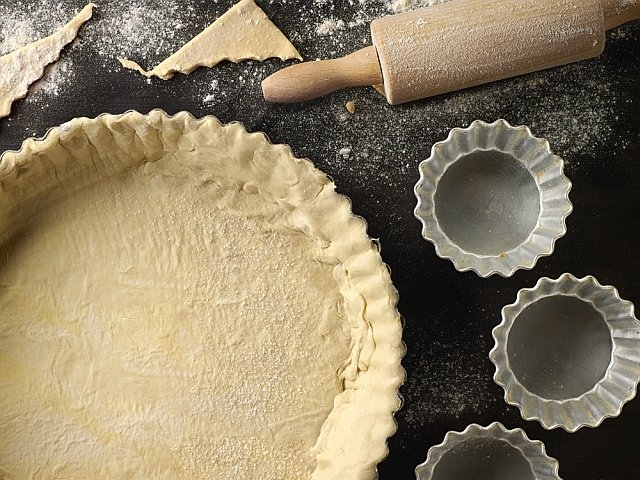 Zdjęcie numer 1 w galerii - Jak zrobić kruche ciasto na spód do tarty? Mamy przepis i kilka porad