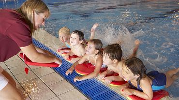 Ćwiczenia dla dzieci - starsze dziecko, które nie boi się wody, warto zapisać na naukę pływania.