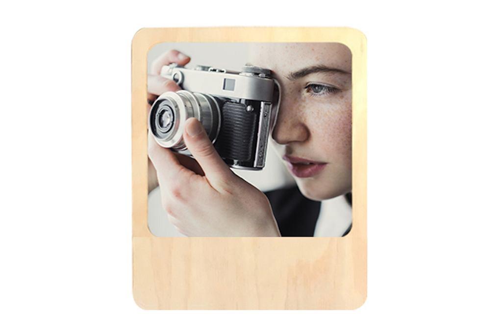 Magnetyczna ramka drewniana na zdjęcia o formacie 10 x 10 cm.