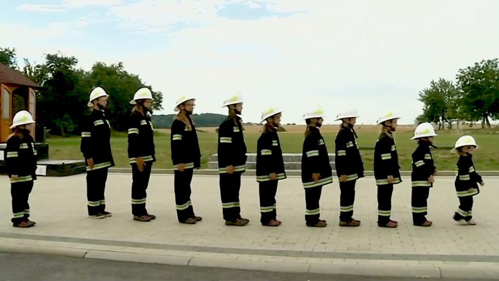 Osiągająca sukcesy młodzieżowa drużyna strażacka składa się głównie z dziewczynek