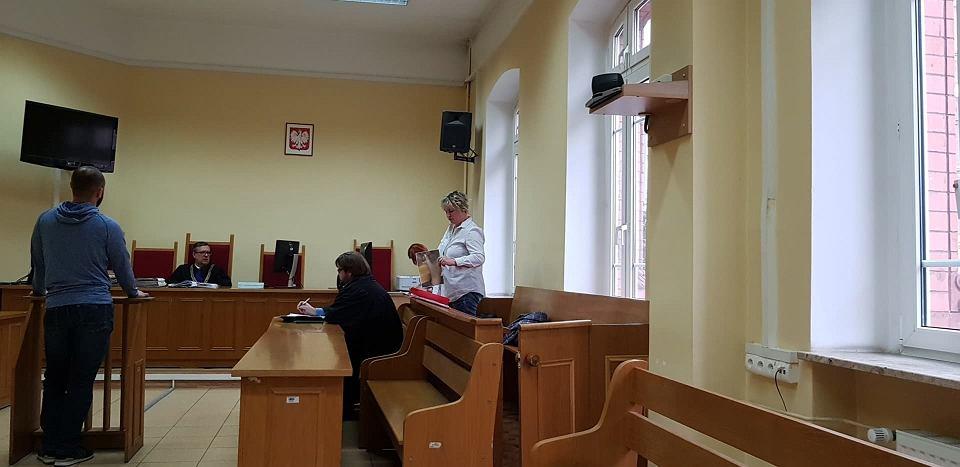 Danuta Sobczak Domańska, oskarżona o użycie siły wobec policjantów pokazuje zdjęcie rtg, które ma być dowodem na to, że to policjanci używali wobec niej siły i uszkodzili jej kciuk