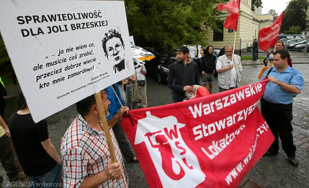 Demonstracja stowarzyszeń lokatorskich przed Komendą Stołeczną Policji w sprawie niewyjaśnienia morderstwa Jolanty Brzeskiej