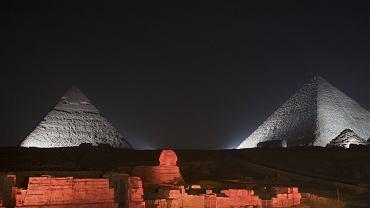 Sfinks i piramidy w Egipcie podświetlone na biało-czerwono