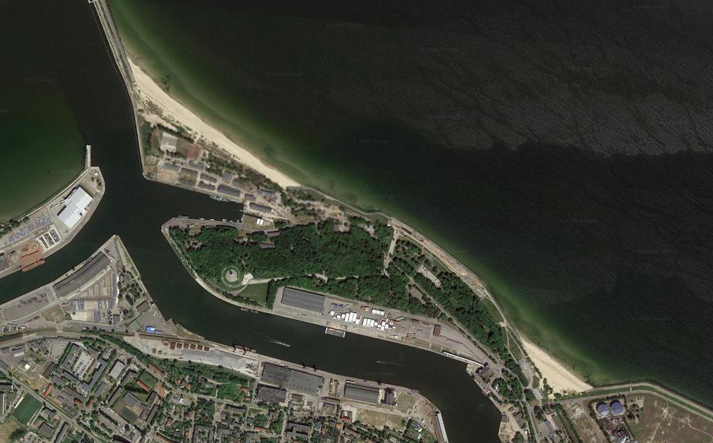 Półwysep Westerplatte widziany z kosmosu współcześnie. Zalesiony teren to większa część przedwojennej składnicy, dostępna dla cywilów. Prawy górny róg i basen portowy, to teren wojskowy